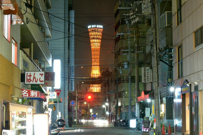 商店街の合間から突如出現する凛々しいポートタワー