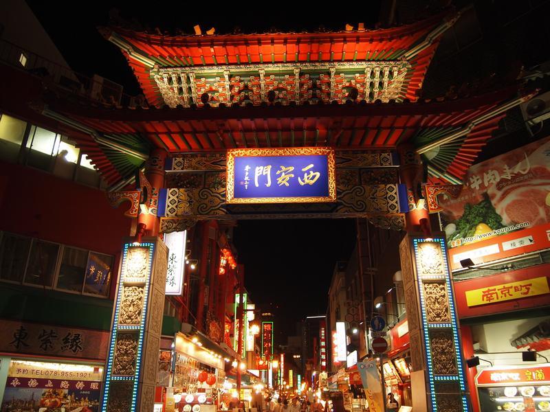 門越しにみえるエネルギッシュな南京町のにぎわい