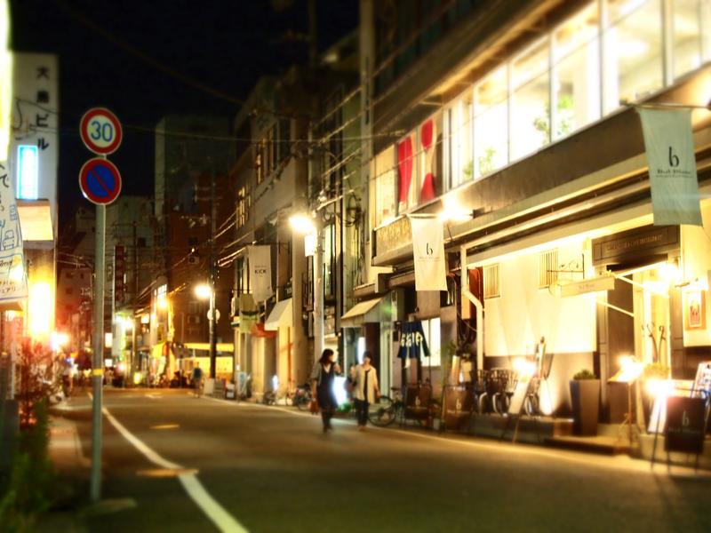 ほっとする温かみのある個店と街灯のあかり