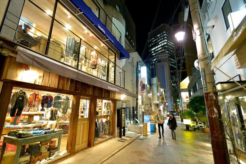 個店と街灯が織り成す界わい性のある路地のあかり
