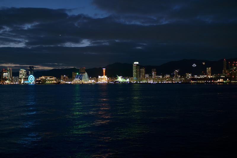山並みを背景とした神戸の夜景を海側から堪能する絶景ポイント